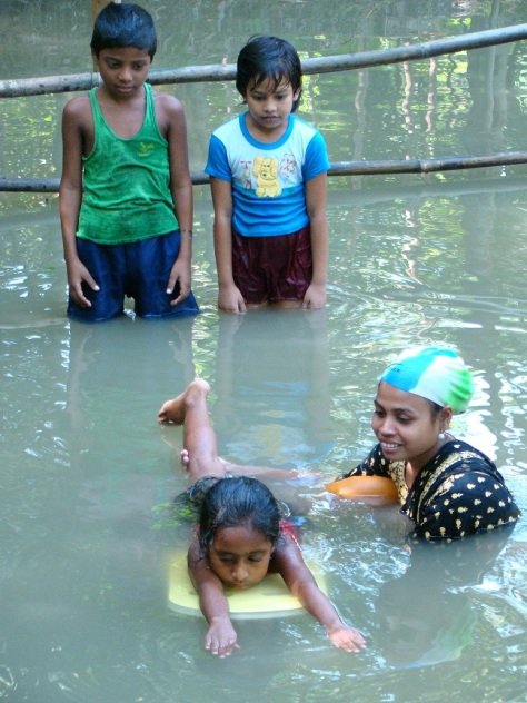 A young girl learning to paddle. Photo courtesy of Centre for Injury Prevention and Research, Bangladesh