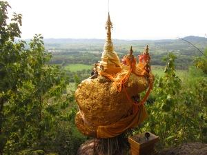 Wat Phra That Doi Din Kiu (Ji) is 11 kilometres northwest of Mae Sot.