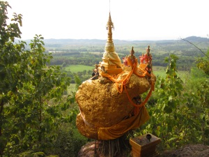 Wat Phra That Doi Din Kiu (Ji) is 11 kilometres northwest of Mae Sot.