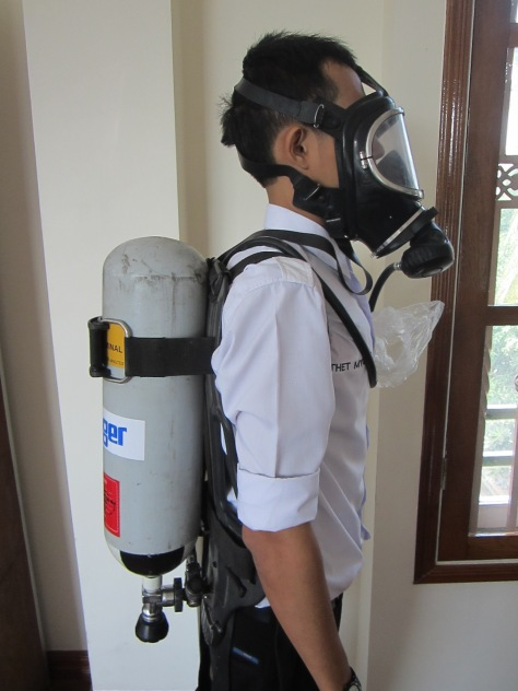 A breathing apparatus set is worn when entering the enclosed space of the cargo area. It prevents suffocation due to lack of oxygen and poisoning due to noxious chemicals.