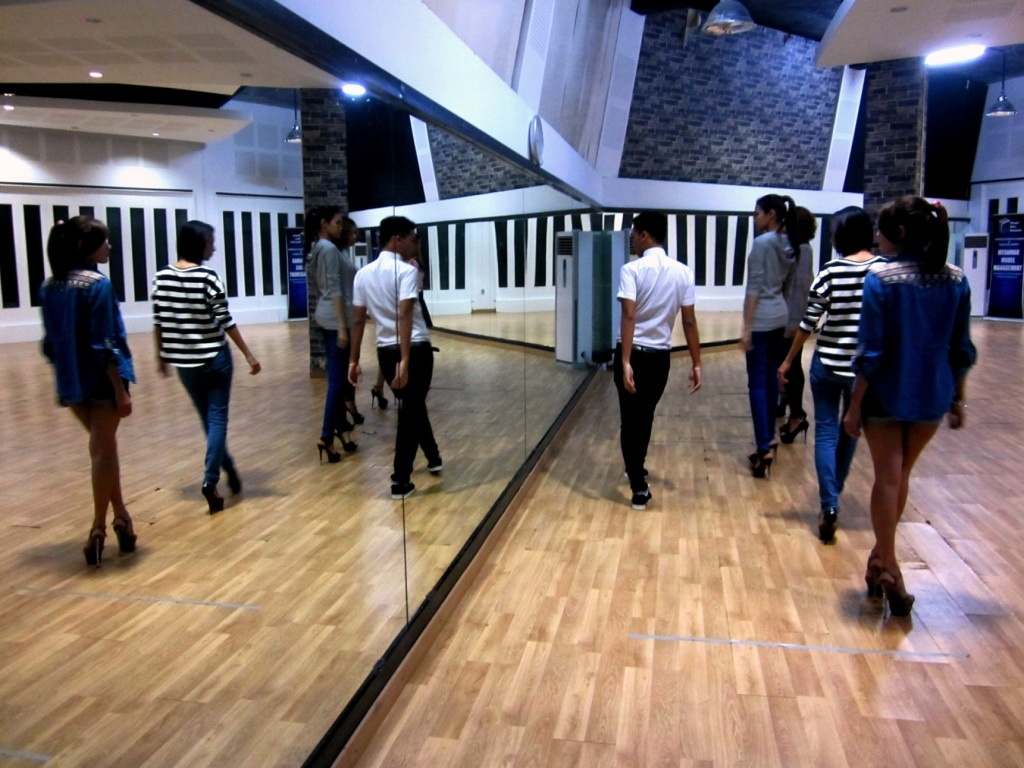 U Aung Paing Oo leading a modelling class